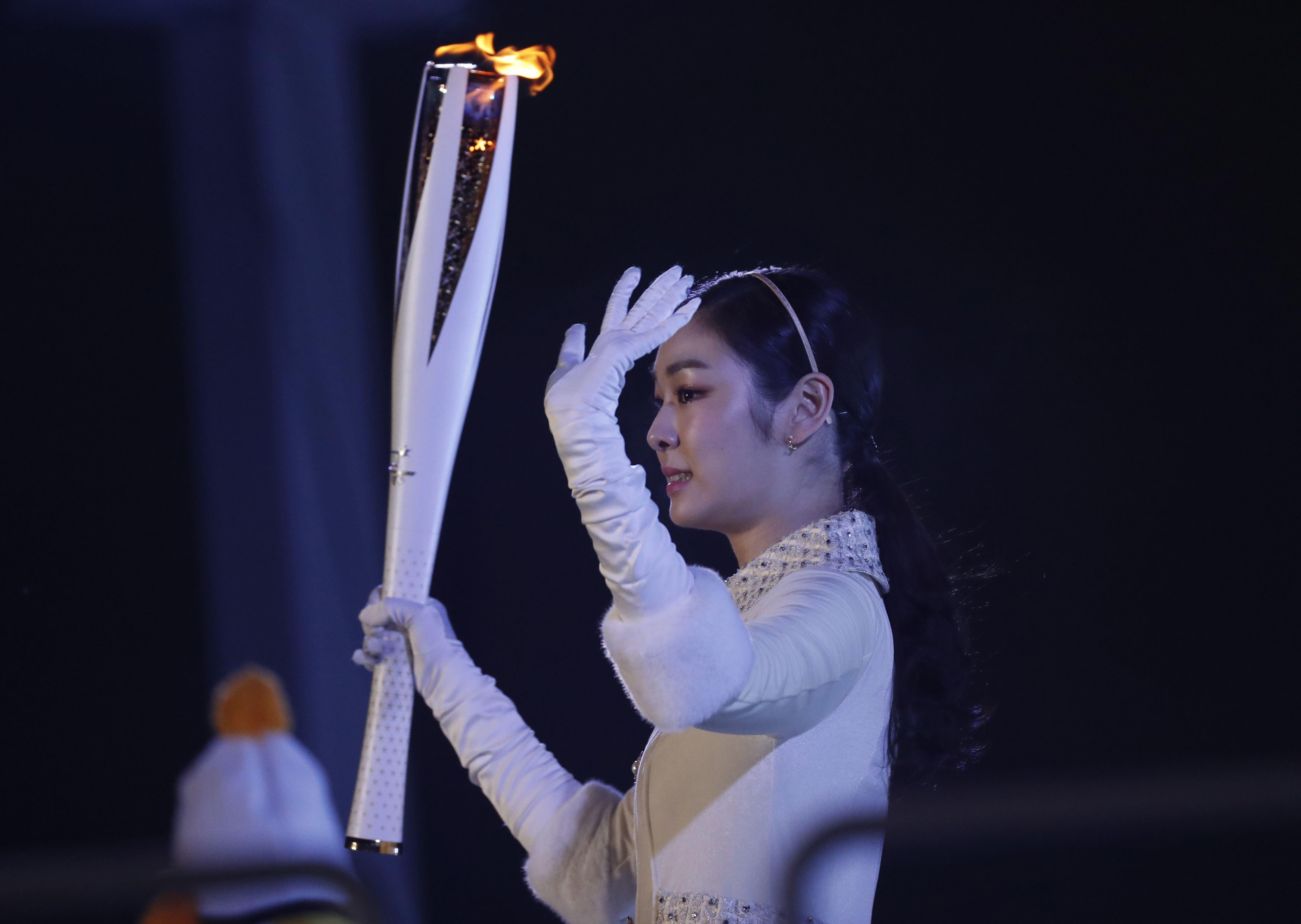 圖為南韓知名滑冰名將金妍兒點燃聖火,為開幕掀起高潮。路透
