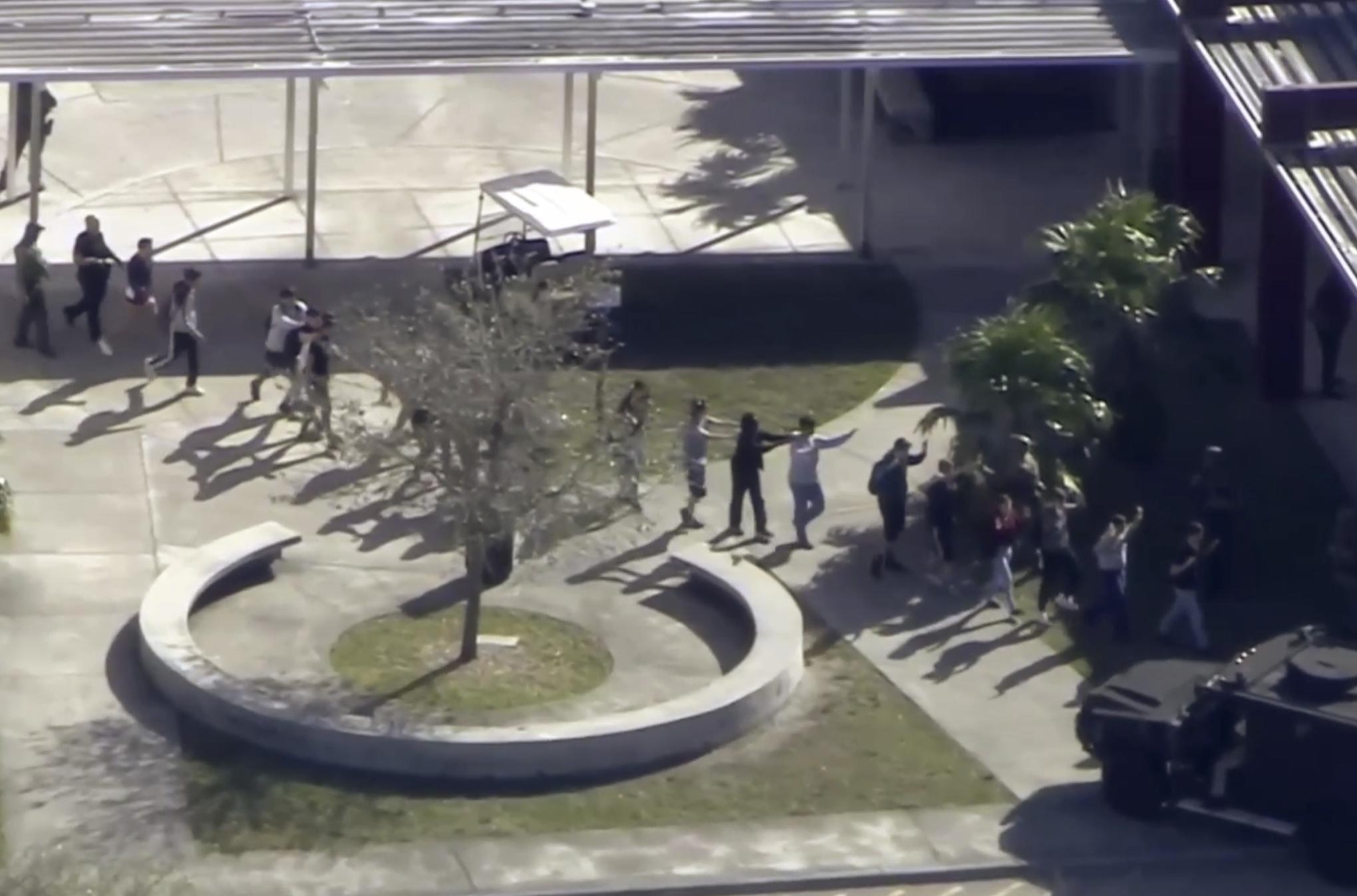 佛州一所高中於14日下午傳出槍響。圖為學生迅速撤出校園。美聯社