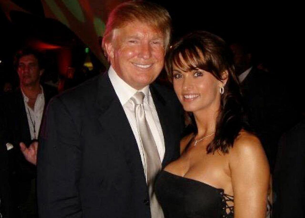 曾獲選「花花公子」( Playboy)「年度玩伴」的模特兒凱倫‧麥克道格(右,Karen McDougal)爆料,曾經與未踏入政壇之前的川普有過長達9個月的地下情。圖為凱倫‧麥克道格於2015年分享至個人推特的合照。(圖截自推特)
