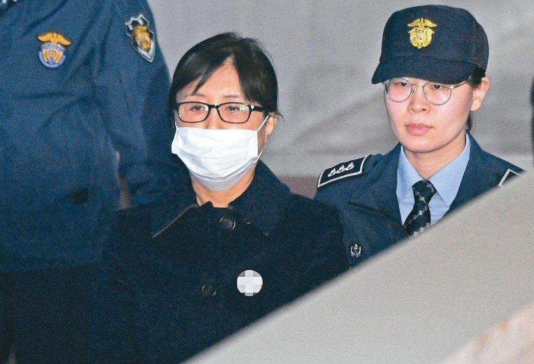 南韓前總統朴槿惠(圖左)的密友崔順實。美聯社
