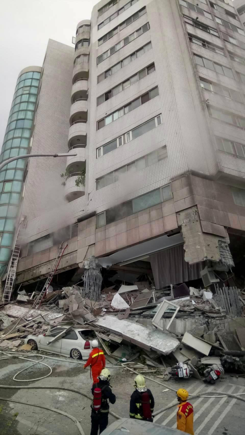 0206花蓮強震,市中心商校街2號的雲翠大樓嚴重傾斜,鋼筋外露。記者杜建重/攝影