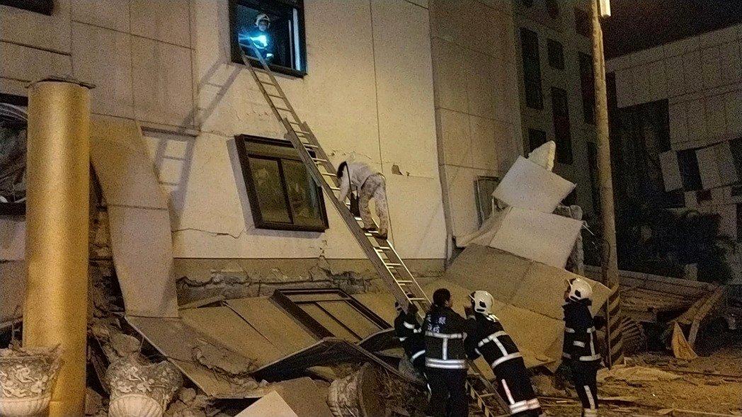 花蓮統帥飯店因強震塌陷,救難人員架長梯疏散房客。記者王燕華/攝影