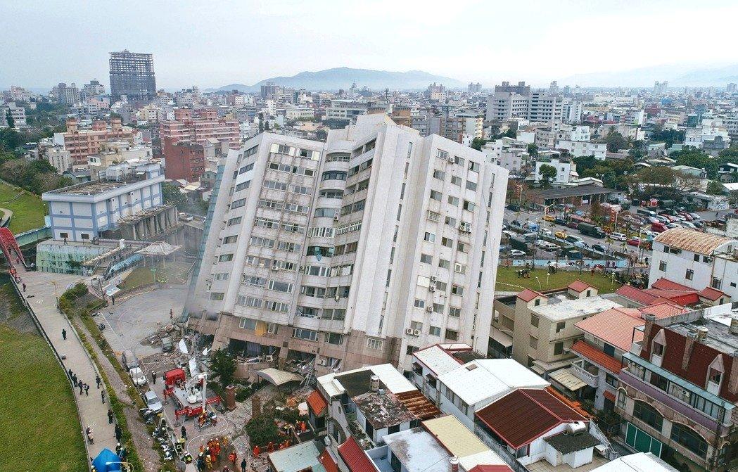 雲門翠堤大樓傾斜下陷,增加搜救難度;不過令人更憂心的是,在高樓層重量壓迫下,大樓會不會更傾斜?又有多少失聯者受困其中? 記者杜建重/攝影