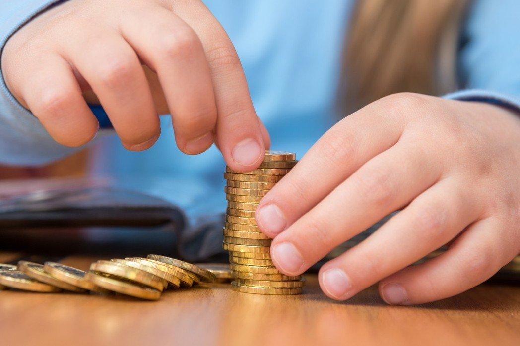 密西根大學最新研究顯示,孩子在五歲時,就可以看出他(她)是「大手筆花錢」或是「精打細算」,研究並指出,五歲及以上的小孩,對花錢或省錢有特定的情緒反應。圖/ingimage