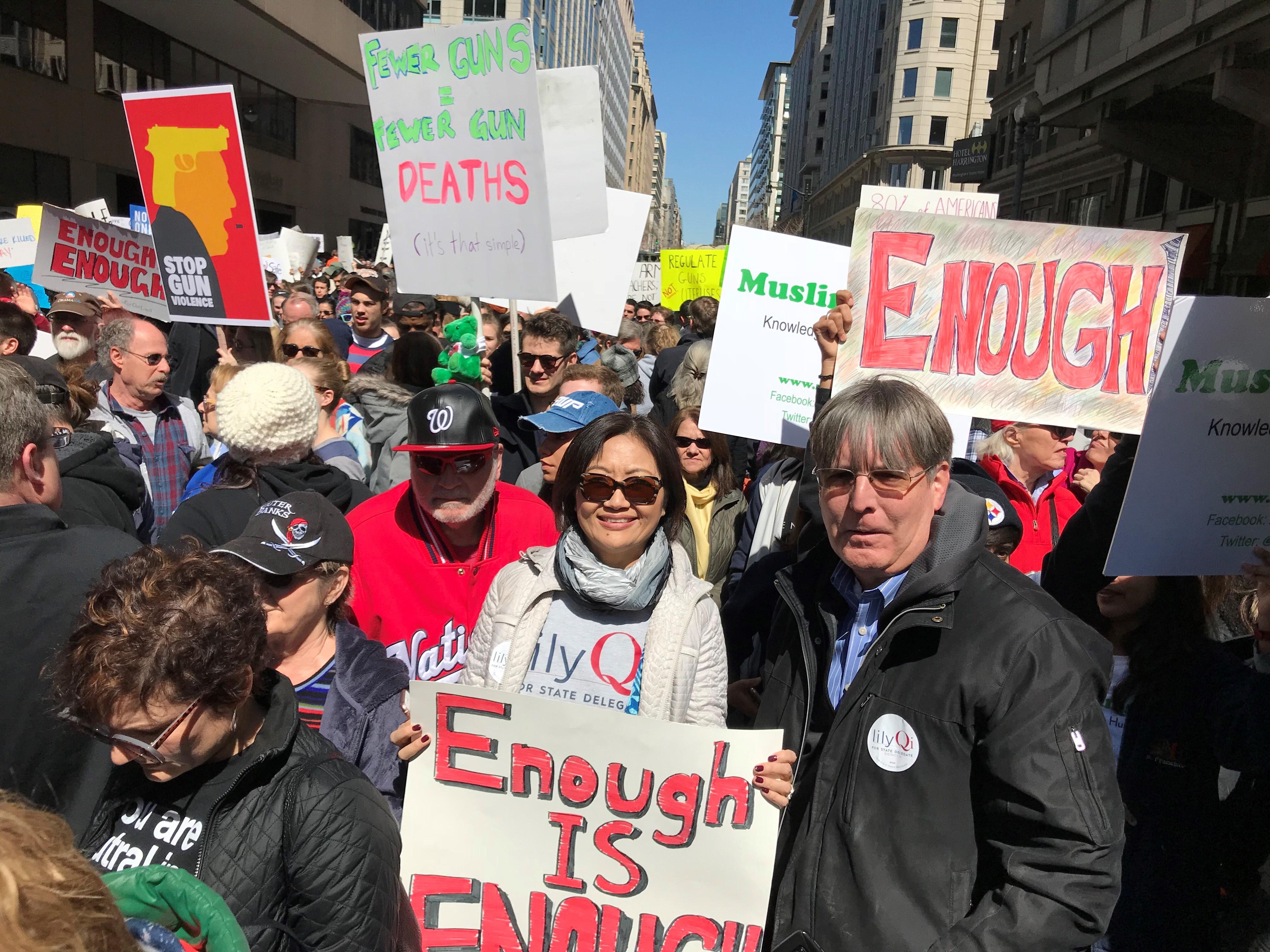 將參選馬州州議會的第一代中國移民齊麗麗(中)帶著「Enough is Enough」標語參加華府大遊行。(彭瑜提供)