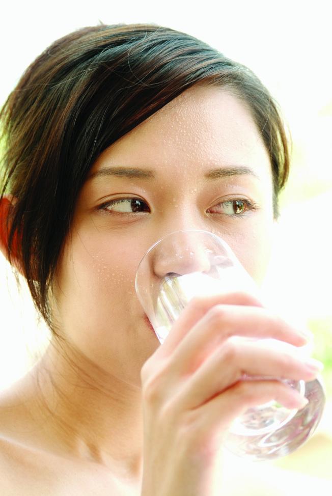 喝白開水可以增加腸胃蠕動。(圖:東方影像提供)