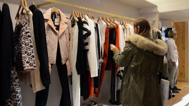 雖然經濟成長、失業率低、薪資回升、消費者愛購物,美國人花在衣服的錢卻愈來愈少。(Getty Images)