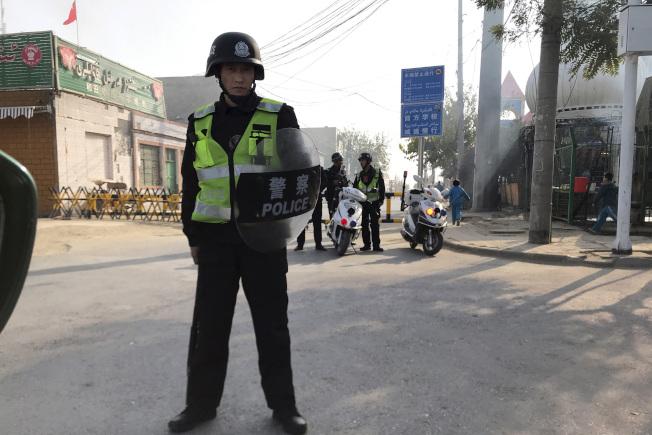 图为新疆街头的警力。(美联社)