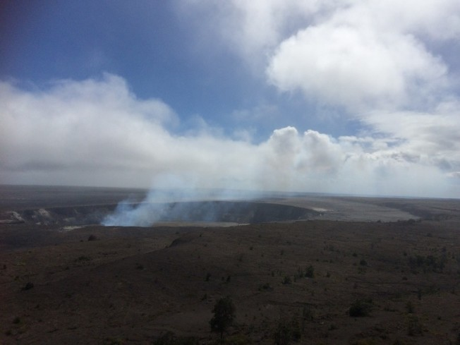 大島上的火山口在冒煙。