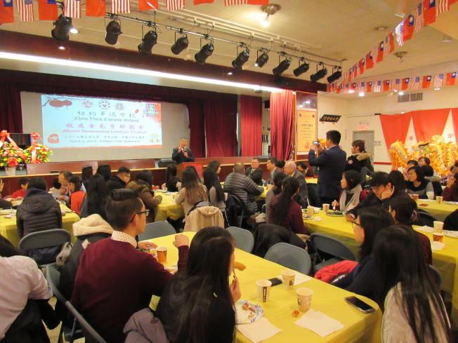 紐約華僑學校校友會2日晚間舉辦「元宵聯歡會」,準備許多遊戲讓校友們參與。(記者顏嘉瑩/攝影)