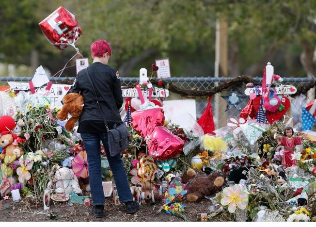 同學向佛州校園槍案死難者獻花。(Getty Images)