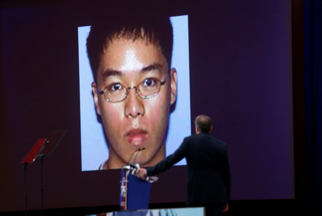 全國步槍協會2月下旬在一次推廣會上展示維吉尼亞理工學院槍手趙承熙頭像。(路透)