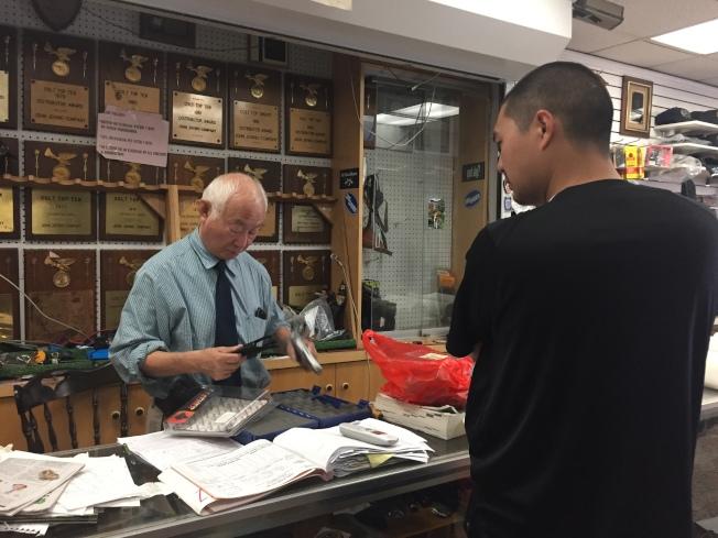 一名紐約市監獄工作人員來買槍,通過背景調查。(陸怡雯/攝影)