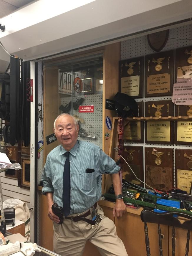 約翰·喬維諾槍店店主古角說,紐約市槍枝法規位列全美最嚴。(陸怡雯/攝影)