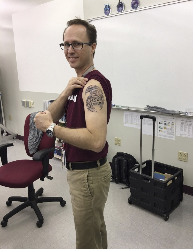 道格拉斯高中一名教師在槍案後秀新紋身:「道格拉斯高中堅強!」(美聯社)