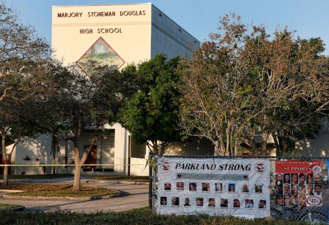 槍案兩周後,道格拉斯高中重新開放。(美聯社)