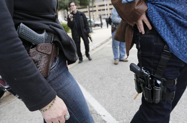 珊迪虎克小學屠殺案四周年同日,科羅拉多州漢諾弗第28學區開始允許教師及職員在接受專業訓練後,可在校園佩槍工作。(Getty Images)