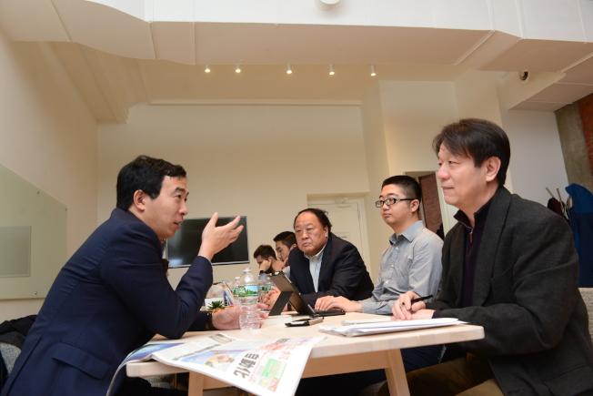 宣布競選總統的楊安澤(左)在曼哈頓接受世界日報專訪。(許振輝/攝影)