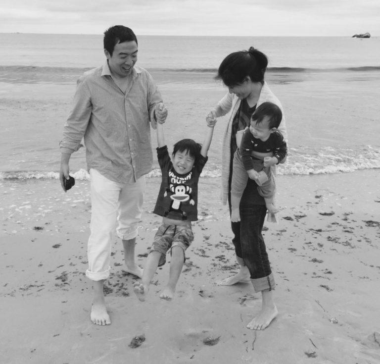 楊安澤夫婦一家四口在海灘上嬉水,妻子Evelyn的父母也來自台灣。(取自楊安澤競選網站)