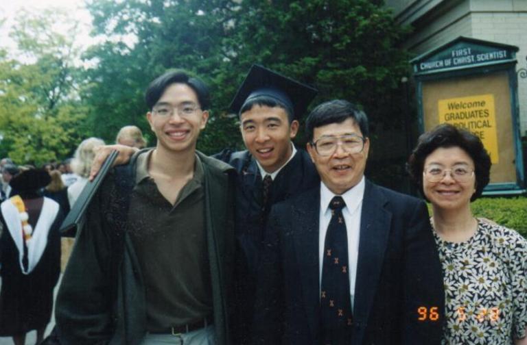 楊安澤自布朗大學畢業時(左二)與哥哥及父母合照。(取自楊安澤競選網站)