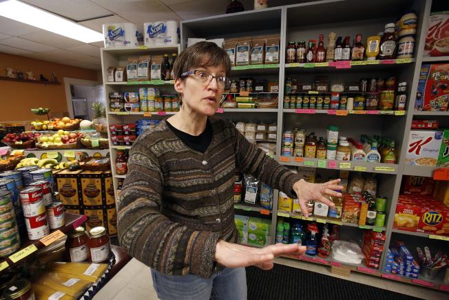 匹茲堡一家超市老闆顯克認為,政府建議裝滿食品盒的易保存食品,卻正是專家建議民眾避免吃的食品。(美聯社)