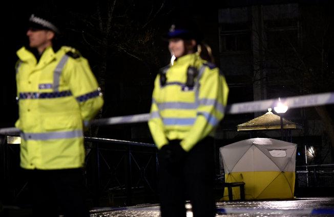 俄羅斯叛國間諜史柯里帕(Sergei Skripal)和一名女子5日在英國索爾茲伯里市的購物中心長椅上陷入昏迷後,警方封鎖現場。(路透)