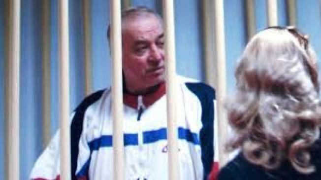 受英國庇護的俄羅斯變節前情報員史柯里帕(Sergei Skripal)疑似遭到下毒。圖為他2006年在監獄會見律師。(截自BBC影片)