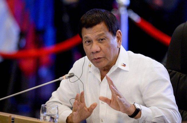 菲律賓總統杜特蒂數度到反恐前線為士兵們打氣,承諾戰爭結束後將招待士兵們出國旅遊。 歐新社