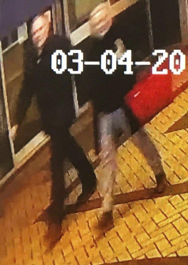 案發地附近的監視器拍到疑為史柯里帕和女兒經過的身影,不久後兩人被現倒臥長椅。美聯社