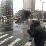 紐約暴雪夾雨地濕滑  路人苦不堪言