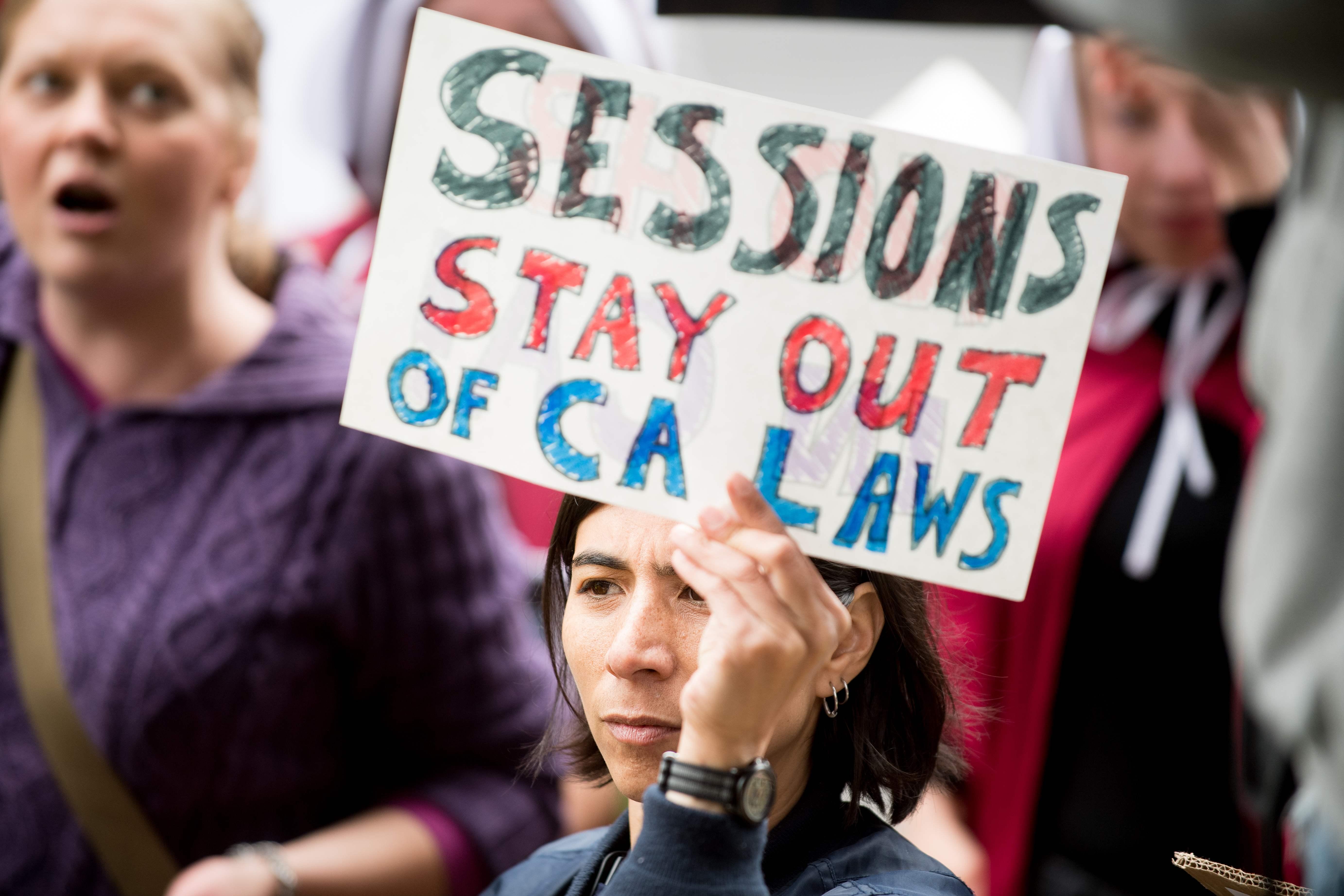 示威者要求塞辛斯勿插手加州事務。(Getty Images)
