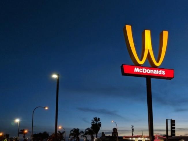 美國加州林伍德的麥當勞慶祝國際婦女節,決定在3月8日這一天顛倒招牌標誌來紀念全球女性的成就。(圖擷自twitter)