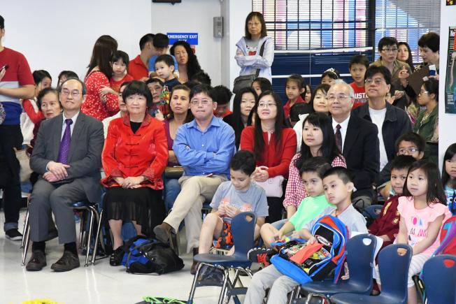 中華文化學院董事會成員也出席聯歡會,與學生們歡度新春佳節。