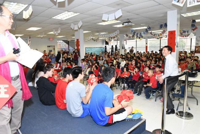各班準備了富創意的文化表演節目,輪番上陣相互觀摩,全場熱鬧無比。