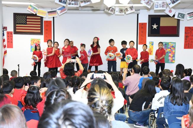 舞獅成了學生心中吉祥物,上台親手舞一下,感受新年舞獅的熱鬧氣氛。