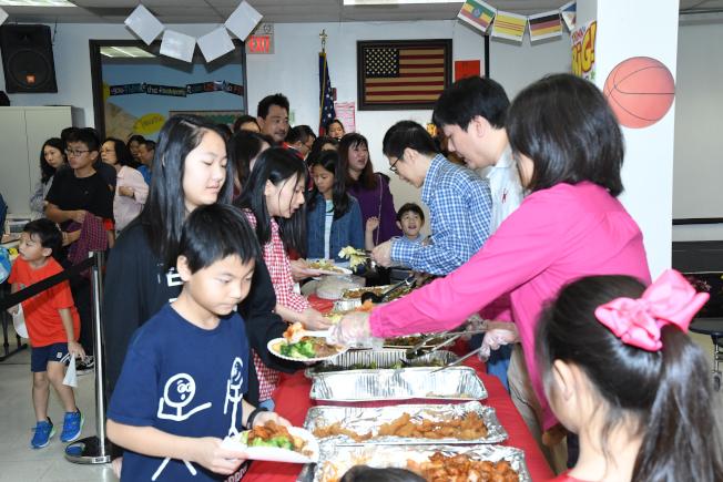 演出結束後,溫馨團圓餐敘,圓滿完成全校師生及親子互動的春節聯歡會。