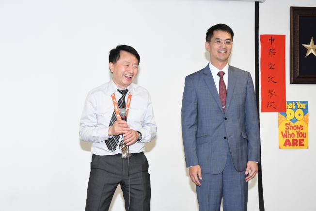 台北經文處長陳家彥(右)當天到場發紅包,校長陳根雄(左)領著全校師生熱烈歡迎。
