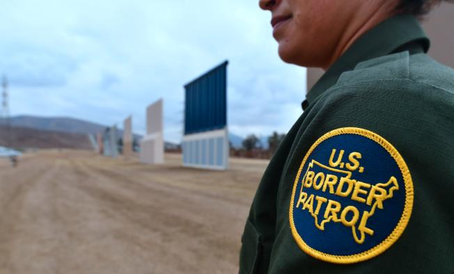 邊境巡邏員強行拘捕一名婦女,並將兩名受驚嚇女兒棄在街頭的過程被上傳臉書後,招來廣泛批評。(Getty Images)
