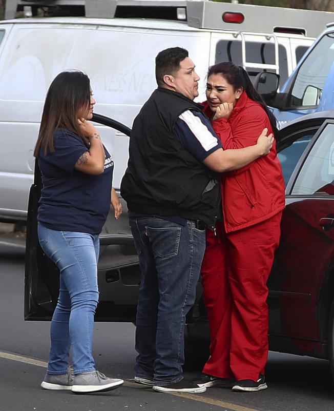 照顧老兵的22歲護理員佛洛瑞斯(右)在事件發生後,難掩驚嚇。(美聯社)