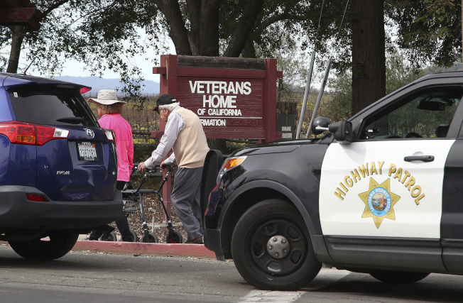 「通路」退伍軍人之家發生槍手挾持人質事件後,老人家在看護陪伴下離去。(美聯社)