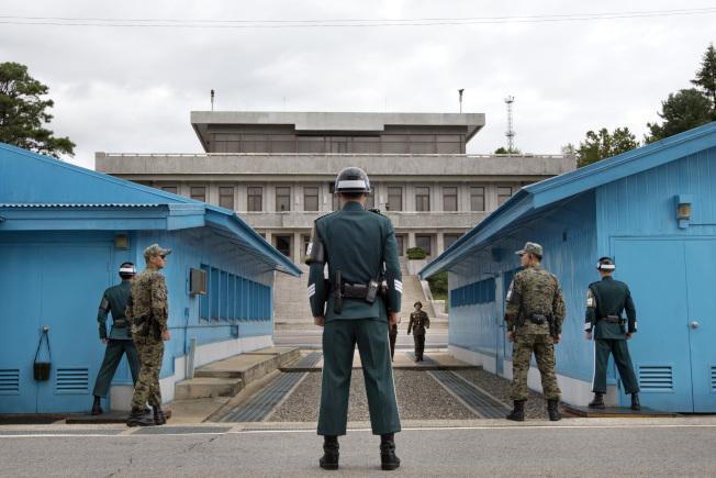 川金會全球關注,最可能在板門店舉行。圖為南韓士兵在板門店非軍事區這一邊站崗,對面的建築就是北韓。(美聯社)