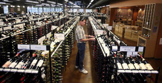 對於酒精飲料的開銷上,占高收入家庭收入的1.1%,在低收入家庭則占收入的0.8%。圖為猶他州鹽湖城一家酒莊。(美聯社)