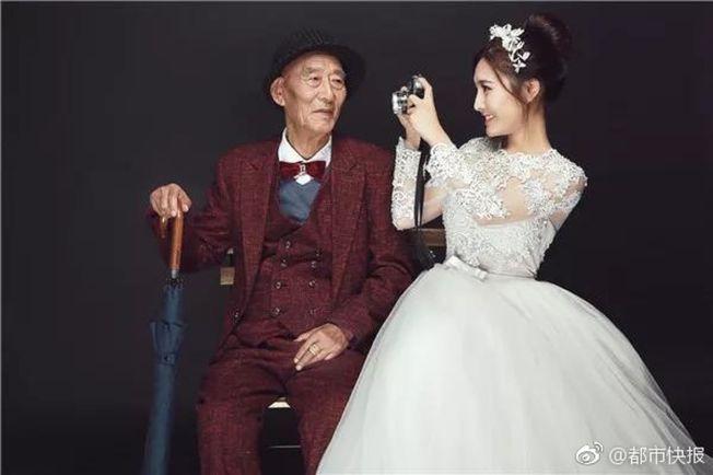 符雪薇(右)怕病重爺爺看不到她最美麗的時刻,和他一起拍婚紗。(取材自重慶商報)