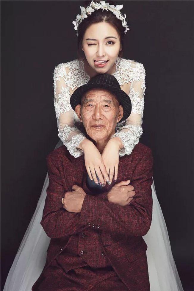符雪薇(後)怕病重爺爺看不到她最美麗的時刻,和他一起拍婚紗。(取材自重慶商報)