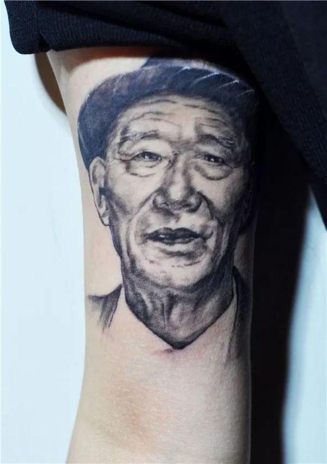 符雪薇把爺爺的頭像紋在手臂上。(取材自重慶商報)
