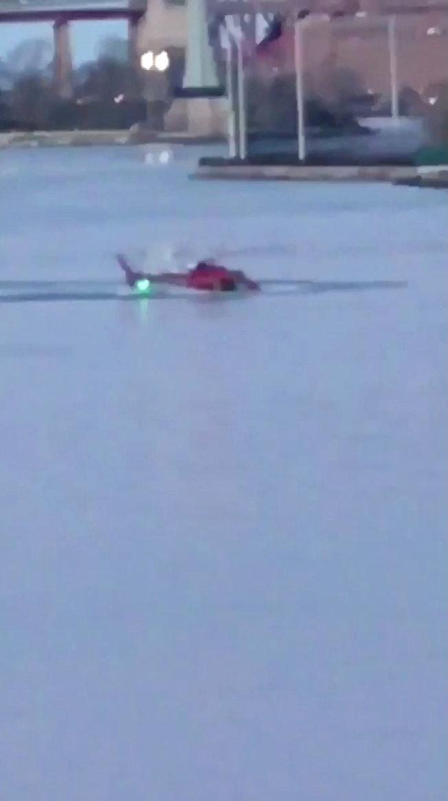 一架觀光直升機11日傍晚墜毀在紐約市東河(East River),造成5死。(路透)