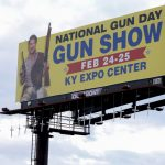 肯州槍展看板懸佛州17死十字架 惹議