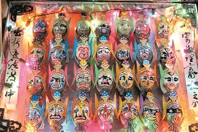 蛋殼在費永泉手中變成了栩栩如生的臉譜畫。(取材自廣州日報)