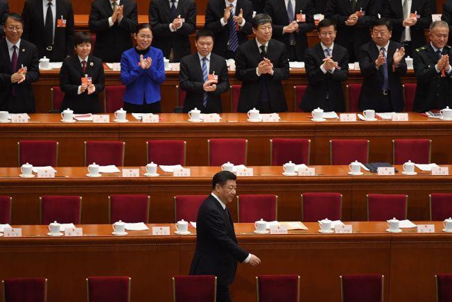 中國全國人大高票通過修憲案,取消國家主席任期制。圖為國家主席習近平在修憲案投票前進入北京人民大會堂會場時,人大代表起立鼓掌。(Getty Images)