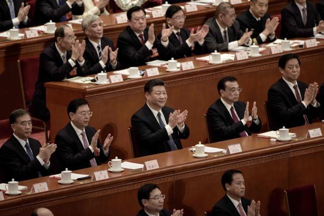 憲法修正案通過,習近平(前排中)與人大代表一同鼓掌。(Getty Images)